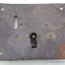 Antigüedades: ANTIQUÍSIMA CERRADURA GRANDE SIN LLAVE. Lote 40632460