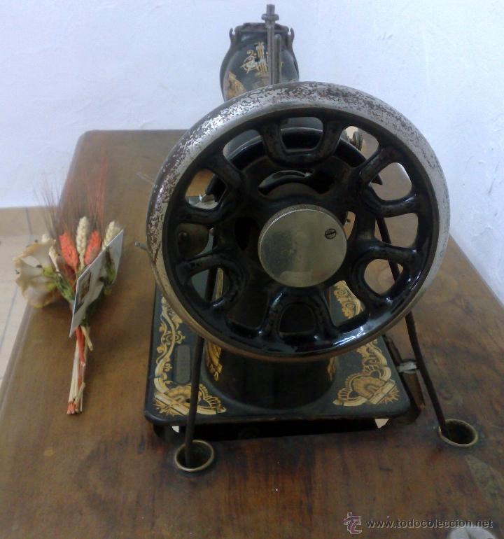 Antigüedades: COMPLETA Y ANTIGUA MAQUINA DE COSER SINGER. - Foto 12 - 40651541