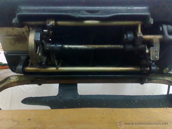 Antigüedades: COMPLETA Y ANTIGUA MAQUINA DE COSER SINGER. - Foto 19 - 40651541