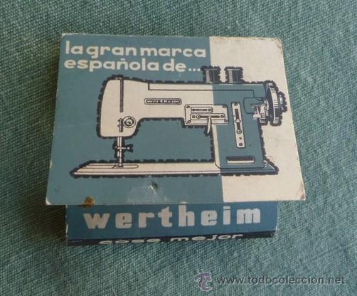 CAJA CARTÓN TIPO CERILLERO CON APEROS DE LA MAQUINA DE COSER WERTEHIM (Antigüedades - Técnicas - Máquinas de Coser Antiguas - Wertheim )