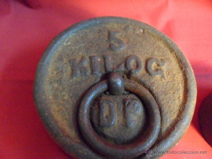 Antigüedades: LOTE DE DOS ANTIGUAS PESAS DE HIERRO-UNA DE 5 KG-OTRA DE 1 KG- - Foto 2 - 40686787