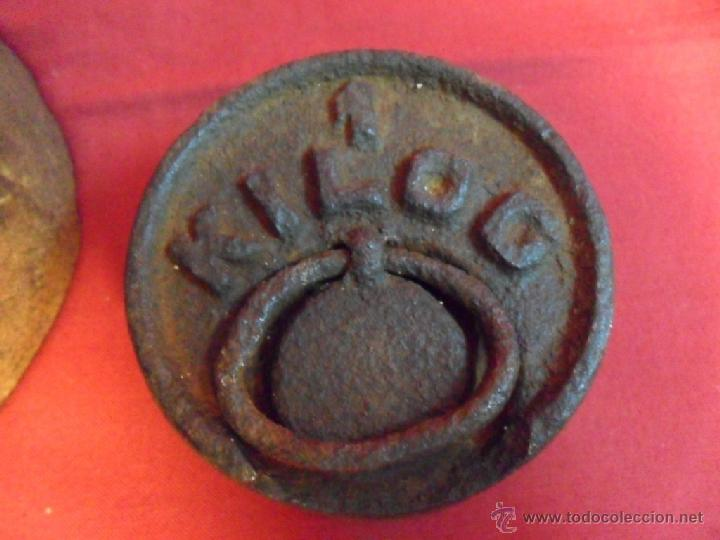 Antigüedades: LOTE DE DOS ANTIGUAS PESAS DE HIERRO-UNA DE 5 KG-OTRA DE 1 KG- - Foto 3 - 40686787