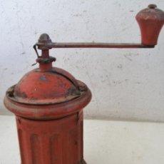Antigüedades: MOLINILLO DE CAFE REDONDO DE HOJALATA / CHAPA Y MADERA , CON RESTOS DE OXIDO (20CM DE ALTO APROX). Lote 40706586