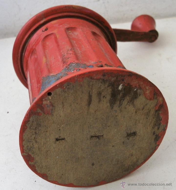 Antigüedades: molinillo de cafe redondo de hojalata / chapa y madera , con restos de oxido (20cm de alto aprox) - Foto 7 - 40706586