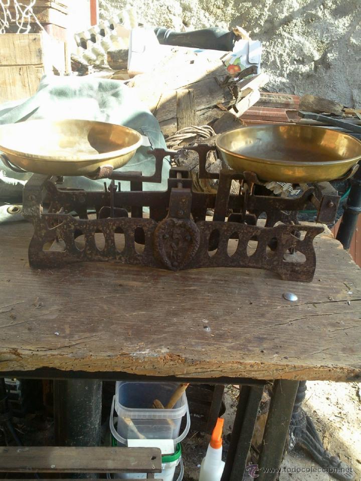 BALANZA PESO CON PLATOS DE LATÓN - HIERRO CALADO - 5 K (Antigüedades - Técnicas - Medidas de Peso - Balanzas Antiguas)