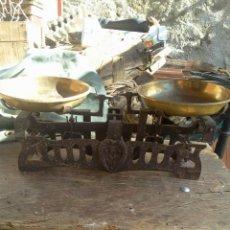 Antigüedades: BALANZA PESO CON PLATOS DE LATÓN - HIERRO CALADO - 5 K . Lote 40808641