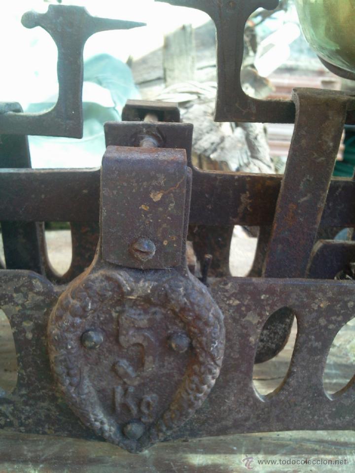 Antigüedades: Balanza peso con platos de latón - hierro calado - 5 k - Foto 2 - 40808641