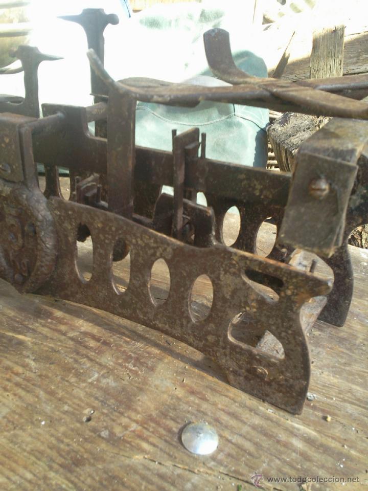 Antigüedades: Balanza peso con platos de latón - hierro calado - 5 k - Foto 3 - 40808641