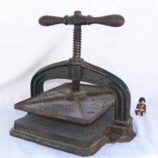 Antigüedades: GRAN PRENSA ANTIGUA DE LIBROS EN HIERRO IDEAL DECORACION INDUSTRIAL DISEÑO LIBRO PAPEL. Lote 40815478