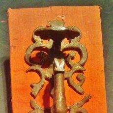Antigüedades: TIRADOR DE PESTILLO DE HIERRO FORJADO DEL S. XVII.. Lote 41016482
