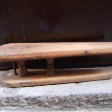 Antigüedades: ANTIGUA TABLA DE PLANCHAR DE MADERA. Lote 41021515