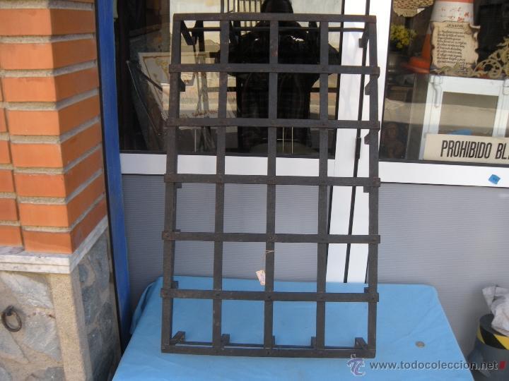 Antigüedades: ANTIGUA REJA DE FORJA CON REMACHES 82,5 X 51 CM. - Foto 7 - 41045076