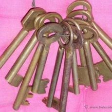 Antigüedades: MANOJO DE 11 LLAVES ANTIGUAS DE METAL DORADO LLAVE. Lote 41076784