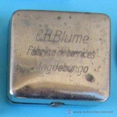 Antigüedades: CAJA QUE CONTIENE UNA MÁQUINA DE AFEITAR DESMONTABLE. REGALO DE C. H. BLUME. FÁBRICA DE BARNICES.. Lote 41279075