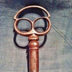 Antigüedades: LLAVE DE HIERRO FORJADO DEL S. XVII. ANILLO TRILOBULADO Y CORTO VÁSTAGO MOLDURADO.. Lote 41314980