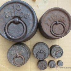 Antigüedades: JUEGO DE 8 PESAS PARA BALANZA DE 10 KILOS A 50 GRAMOS. Lote 196027058