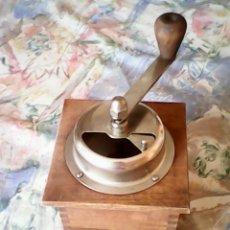 Antigüedades: ANTIGUO MOLINO DE CAFÉ HECHO DE MADERA Y HIERRO.DOS ANOS 60,70.. Lote 41328308