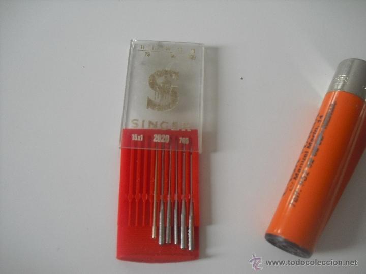 Antigüedades: Caja antigua con 5 agujas Singer, para máquina de coser. - Foto 3 - 148113156