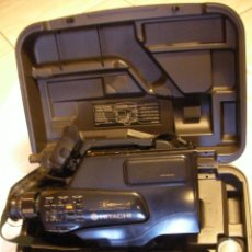 Antigüedades: CAMARA DE VIDEO VHS HITACHI 3380 E EN SU MALETIN CON MUCHOS ACCESORIOS. Lote 41595240