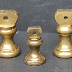 Antigüedades: JUEGO DE TRES PESAS INGLESAS DOS DE 4 OZ UNA DE 2 OZ. Lote 41657048