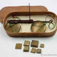 Antigüedades: BALANZAS DE PRECISIÓN Y PESAS ANTIGUAS EN ESTUCHE DE 17 CM DE LARGO, VER FOTOS.. Lote 41873371