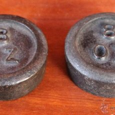 Antigüedades: PAREJA DE CURIOSAS ANTIGUAS PESAS INGLESAS DE 8 ONZAS - COLECCIONISTAS - PESA HIERRO. Lote 94565631