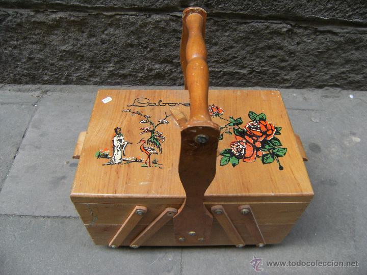 BONITO COSTURERO DE MADERA CON ILUSTRACIONES (Antigüedades - Técnicas - Máquinas de Coser Antiguas - Complementos)