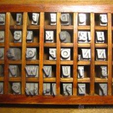 Antigüedades: CAJITA LETRAS DE IMPRENTA DE 40 APARTADOS - 36 FUTURA CURSIVA VERSALES. Lote 34149417