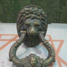 Antigüedades: ANTIGUA ALDABA O LLAMADOR DE PUERTA EN BRONCE CON FORMA DE LEON ORIGINAL DEL SIGLO XIX - 2,3 KILOS . Lote 42514264