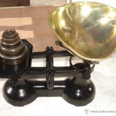 Antigüedades: PRECIOSA BALANZA DE HIERRO FUNDIDO, CON 5 PESAS DE 1 LIBRA, 8 ONZAS, 4 ONZAS, 2 ONZAS Y 1ONZAS.. Lote 42845985