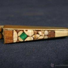 Antigüedades: MEDIDOR SOUVENIR SIGLO XIX CARLSBAD ALEMANIA INTARSIA PIEDRAS DURAS MALAQUITA EXTENSIBLE. Lote 114419408