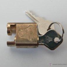Antigüedades: PEQUEÑO CANDADO DE 2,5 X 2 CM. CON DIBUJO DE CAMPANA Y DOS LLAVES.. Lote 43034748