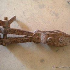 Antigüedades: ANTIGUA GARRUCHA DE DOBLE POLEA CON MORDAZA, 26CM DEL LARGO TOTAL. Lote 43088715