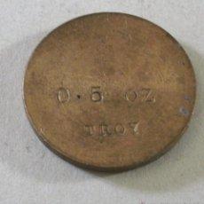 Antiguidades: ANTIGUA PESA INGLESA DE LATON,TROY .5OZ, CUÑO REINO DE ISABELA II, MITADES XX (2,8CM APROX). Lote 43215299