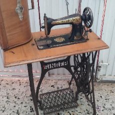 Antigüedades: ANTIGUA MÁQUINA DE COSER SINGER CON SU PIE DE FORJA Y MUEBLE. Lote 43402364