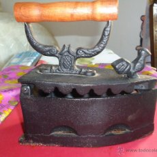 Antigüedades: PLANCHA ANTIGUA DE HIERRO, EL MANGO DE MADERA, VER FOTO ADICIONAL. Lote 43574879