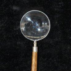 Antigüedades: GRAN LUPA MODERNISTA (CIRCA 1920) CON PALO DE MADERA Y MANGO EN METAL CON DECORACIONES GRABADAS. Lote 43595430