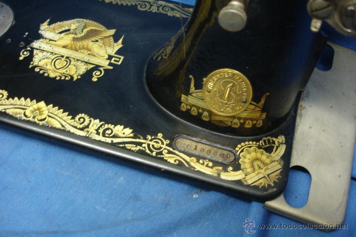 Antigüedades: ANTÍGUA MÁQUINA DE COSER MANUAL MARCA SINGER FABRICADA EN GRAN BRETAÑA - Nº BASTIDOR F6198860 - Foto 7 - 43653686
