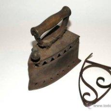 Antigüedades: PLANCHA DE HIERRO DE CARBON MUY ANTIGUA CON SU BASE. Lote 43724409