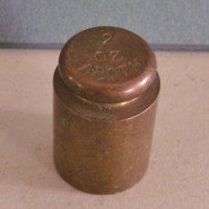 Antigüedades: ANTIGUA PESA INGLESA DE LATON, 2OZ APOTH, CUÑO ILEGIBLE (2,7X2CM APROX). Lote 43748262