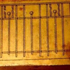 Antigüedades: TROQUEL MADERA CON PLANCHA PUERTA FORJA AÑOS 40. Lote 43865862