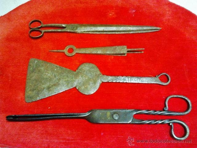Antigüedades: Conjunto de tijeras, pinzas, badila y tijeras de chimenea en hierro forjado. - Foto 7 - 43873172