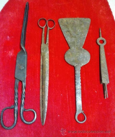 Antigüedades: Conjunto de tijeras, pinzas, badila y tijeras de chimenea en hierro forjado. - Foto 8 - 43873172
