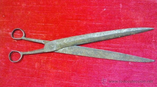 Antigüedades: Conjunto de tijeras, pinzas, badila y tijeras de chimenea en hierro forjado. - Foto 9 - 43873172