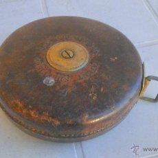 Antigüedades: ANTIGUO METRO CHESTERMANS PATENT SHEFFIELD. 20 M. AÑO 1908. CON CARCASA DE CUERO, HERRAJES DE BRONCE. Lote 44017961