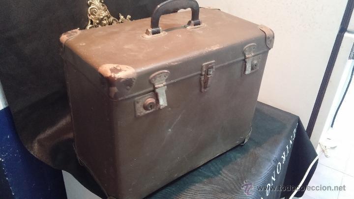 Antigüedades: Proyector de cine, muy antiguo, de origen checoslovaco, con maletín original, aceitera original,.... - Foto 2 - 44027361