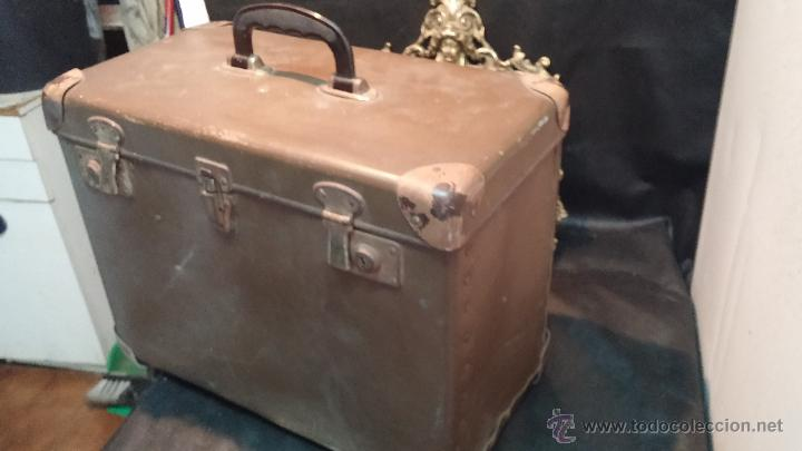 Antigüedades: Proyector de cine, muy antiguo, de origen checoslovaco, con maletín original, aceitera original,.... - Foto 3 - 44027361