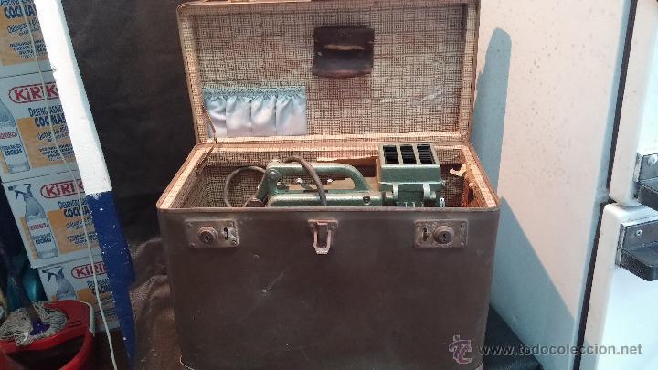 Antigüedades: Proyector de cine, muy antiguo, de origen checoslovaco, con maletín original, aceitera original,.... - Foto 15 - 44027361