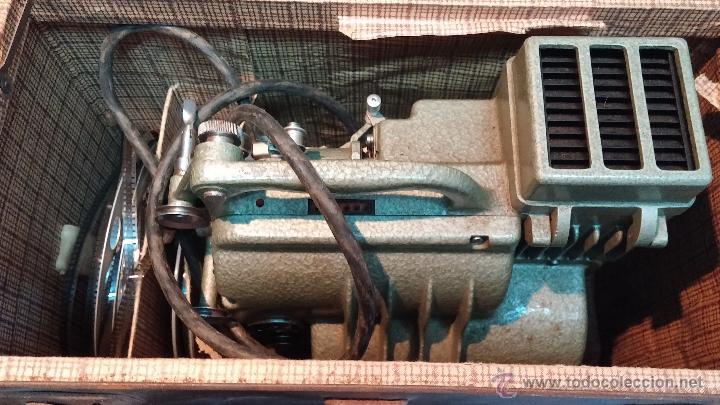 Antigüedades: Proyector de cine, muy antiguo, de origen checoslovaco, con maletín original, aceitera original,.... - Foto 22 - 44027361