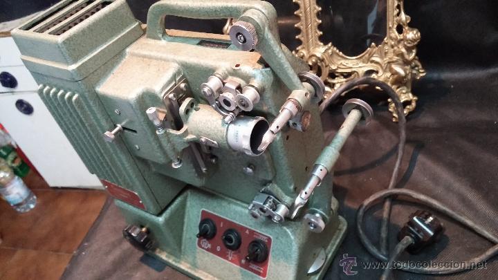 Antigüedades: Proyector de cine, muy antiguo, de origen checoslovaco, con maletín original, aceitera original,.... - Foto 25 - 44027361